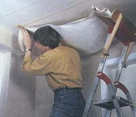 Как оклеить обоями потолок