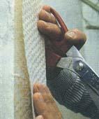 Покрытие акриловой краской. Для нанесения акриловой краски лучше всего подойдет валик с шерстяной основой. Поверхность покройте двумя — тремя тонкими слоями, чтобы не скрыть фактуру обоев. Акриловой краской покройте поверхность до откоса, а сам откос — дисперсионным клеем. Откосы по краям поддона, в местах их стыков со стенами будут выглядеть ровными и аккуратными, если вы оклеите их полоской обоев соответствующей ширины, а затем дважды прокрасите дисперсионным клеем. Второй слой клея должен на 2—3 мм покрыть эмаль поддона. После того как клей высохнет, нанесите на поверхность обоев акриловую краску.