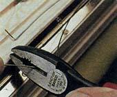 Как смонтировать на двери безопасное устройство для детей