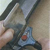 Новое стекло в раме удобнее всего укрепить замазкой. Но гораздо лучше закрепить его с помощью эластичной уплотняющей массы. В качестве эластичной прокладки для стекла можно вставить заполняющую ленту. Если такой ленты не окажется под рукой, то вы можете вырезать ее (в сечении 10x5 мм) из вспененного полиэтилена или же из соответствующего ленточного материала (звукоизоляционная лента, упаковочный материал). Штапик также можете покрыть заполняющей полоской. Для того чтобы вставить стекло, положите створку на толстый брусок так, чтобы можно было поддерживать стекло снизу рукой. Промойте края стекла чистящим средством. В оконной раме стекло должно стоять на фальцевых колодках, которые подходят еще и под штапики. Можете воспользоваться коротенькими отрезками рейки толщиной не более 3—4 мм. Уплотнение швов. Сначала заполните уплотняющей массой (замазкой) верхний и боковые пазы. Сразу после этого обильно спрысните верхнюю поверхность растворенным в воде моющим средством и сразу же разровняйте массу инструментом для расшивки швов (расшивкой) или кончиками пальцев. Для паза шириной 5 мм на расшивку нужно надеть насадку шириной 8 мм. Смочив ее в воде, непрерывными движениями разровняйте массу. Если вы взяли слишком много силиконового каучука, то вода на стекле и раме не даст его излишкам прилипнуть к ним, и вы сможете удалить их потом бумагой. Постарайтесь защитить от попадания воды последние сантиметры уплотненных пазов и углы. После разравнивания промокните остатки воды и дайте просохнуть. Потом уплотните замазку и разровняйте швы. Время на высыхание. Дайте просохнуть остаткам воды на стекле и раме. Поверхности можете вычистить лишь тогда, когда силиконовый каучук полностью затвердеет. После этого можете повесить раму на место. МЕРЫ БЕЗОПАСНОСТЬ: При работе со стеклом будьте внимательны, чтобы не порезаться о края. НЕОБХОДИМЫЕ ИНСТРУМЕНТЫ И МАТЕРИАЛЫ: • Заполняющая лента • Брусок • Шурупы с утапливаемыми головками • Силиконовый каучук • Инструмент для расшивки швов (расшивк
